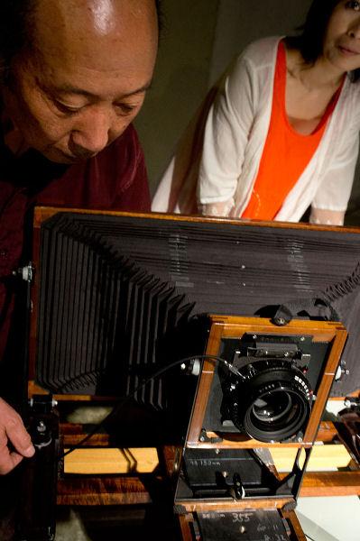 Chen Changfan demonstrating his large, custom-made view camera. (Yan Yinhong in background.)