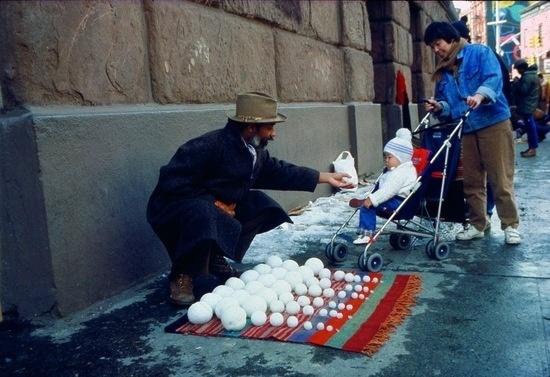 David Hammons 'Bliz-aard Ball Sale' (1983) photo courtesy Dawoud Bey and Jack Tilton Gallery.